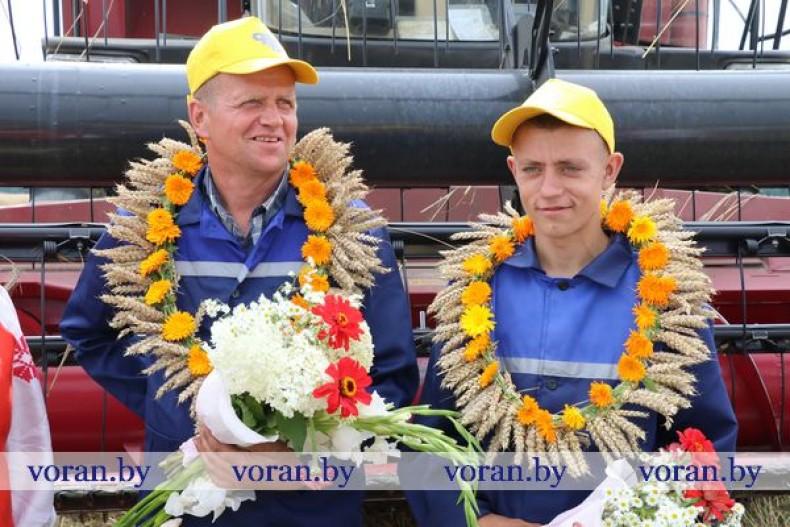 Сегодня комбайнеры из КСУП «Дотишки» первыми в районе и Гродненской области и вторыми в стране намолотили 1 005 тонн зерна