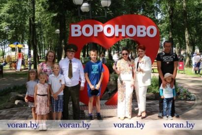 У гарадскім парку райцэнтра ўрачыста адкрыты знак «Я люблю Воранава»